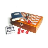 подарочный набор с фляжкой (232мл) и шахматами, картами и костями! Набор упакован в шахматной доске из дерева, внутри фигурки для игры в шахматы.Также в наборе игральные карты и пять кубиков.