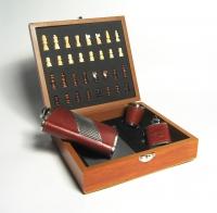 подарочный набор с фляжкой (232мл) и шахматами. + фляжка-брелок 30мл., один металлический стаканчик, объемом 30мл.