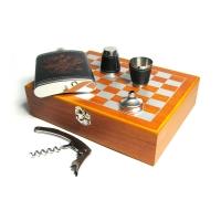 подарочный набор с фляжкой (232мл) и шахматами. Набор упакован в шахматной доске из дерева, внутри фигурки для игры в шахматы в наборе штопор и воронка.